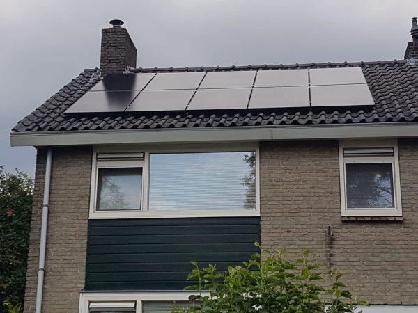 Mono Black zonnepanelen geplaatst op het dak